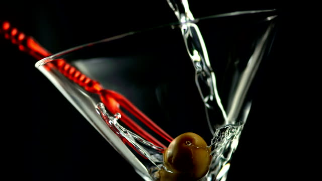 stockvideo's en b-roll-footage met hd super slow-mo: pouring martini into the glass - martiniglas