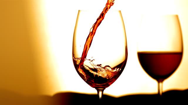 vídeos y material grabado en eventos de stock de hd super cámara lenta: verter vino en copa - vino tinto