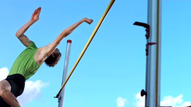 vidéos et rushes de hd super slow-motion: athlète professionnel d'un saut en hauteur - piste de compétition