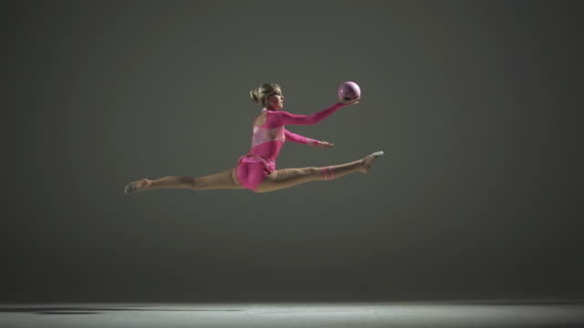 hd super slow-motion: con una palla di ginnastica ritmica - persona di sesso femminile video stock e b–roll