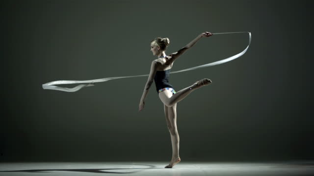 stockvideo's en b-roll-footage met hd super slow-mo: rhythmic gymnastics with a ribbon - flexibiliteit