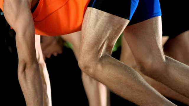 hd super slow-motion: corridori a partire da - pista di atletica leggera video stock e b–roll