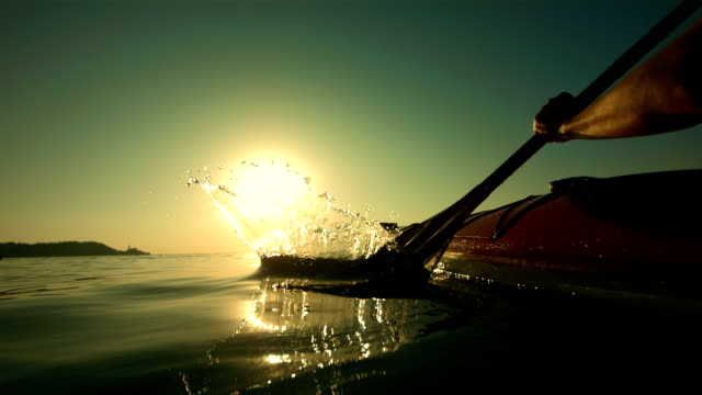 hd super slow-motion: kayak di mare si increspano acqua - pagaiare video stock e b–roll