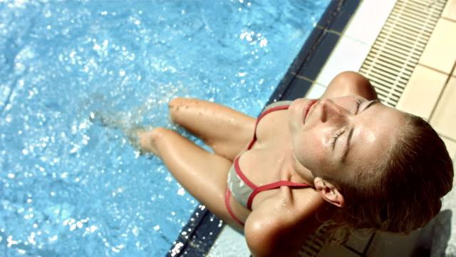 vídeos y material grabado en eventos de stock de hd super cámara lenta: sexy mujer relajante en la piscina - soleado