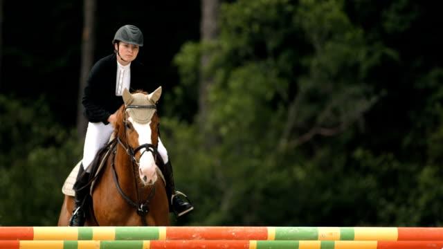 vidéos et rushes de hd super ralenti dans le missouri: chasseur oxer show jumping square - monter à cheval