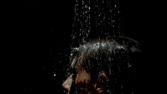 super zeitlupe, hd: silhouette der sexy frau unter dusche - dusche stock-videos und b-roll-filmmaterial