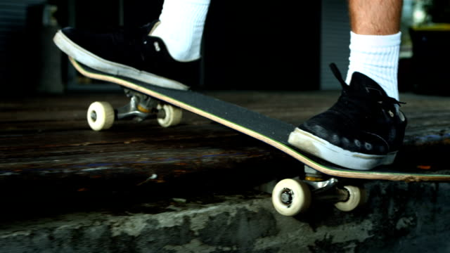 hd super slow-mo: skateboarder grinding on the edge - at the edge of stock videos & royalty-free footage