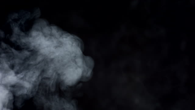 stockvideo's en b-roll-footage met hd super slow-mo: smoke over black background - waterdamp
