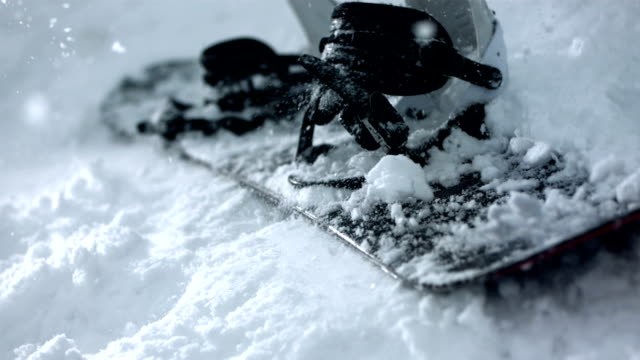 stockvideo's en b-roll-footage met hd super slow-mo: snowboard falling on the snow - skiën