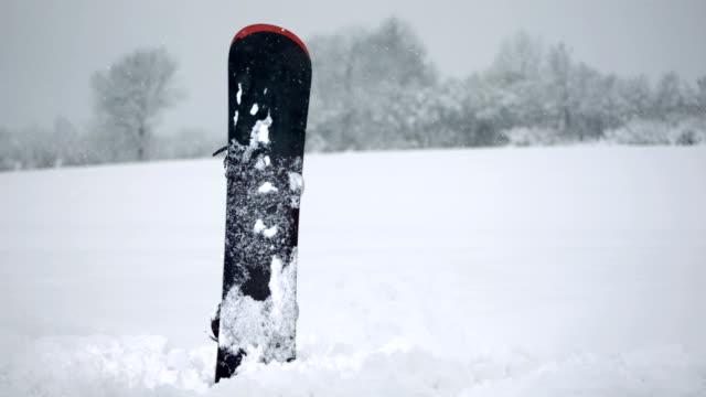 super zeitlupe, hd: feststecken in den schnee snowboard - wintersport stock-videos und b-roll-filmmaterial