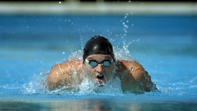 stockvideo's en b-roll-footage met hd super slow-mo: swimmer performing the butterfly stroke - inspanning