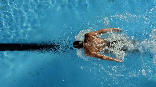 hd super slow-motion: nuotatore eseguendo il nuoto a farfalla - forza video stock e b–roll