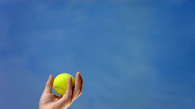 hd super slow-motion: giocatore di tennis di mano lancio la palla - lanciare video stock e b–roll