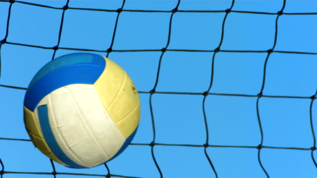 super zeitlupe, hd: volleyball im netz - volleyballnetz stock-videos und b-roll-filmmaterial