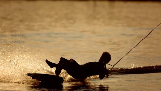 stockvideo's en b-roll-footage met hd super slow-mo: wakeboarder falling off - kielwater