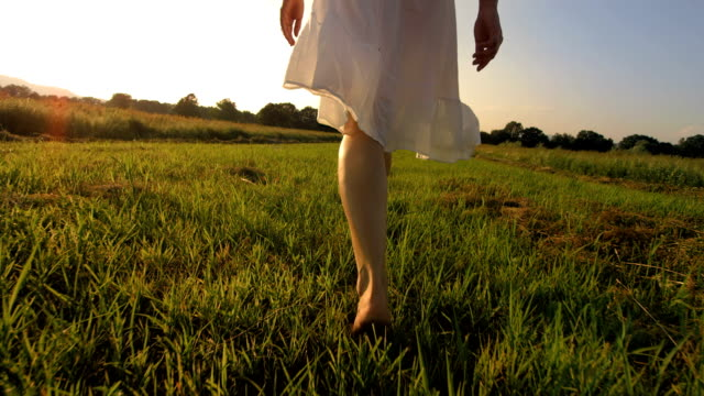 stockvideo's en b-roll-footage met hd super slow-mo: walking barefoot in the grass - blootvoets