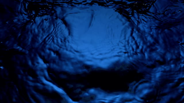 hd super slow-motion: increspature dell'acqua - water video stock e b–roll