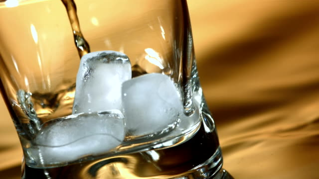 vidéos et rushes de hd super slow-motion: whisky on the rocks - whisky
