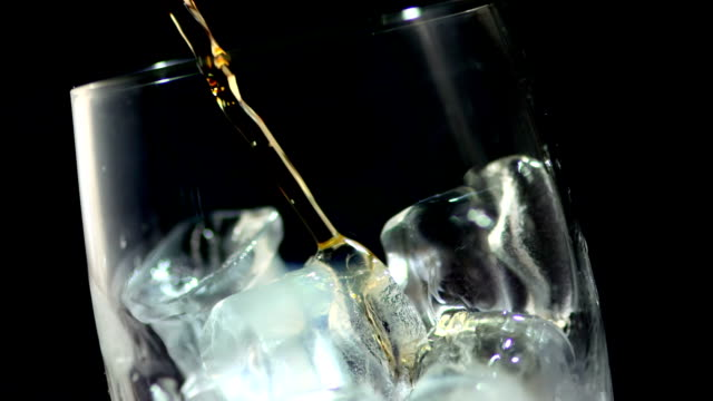 stockvideo's en b-roll-footage met hd super slow-mo: whisky on the rocks - cocktail