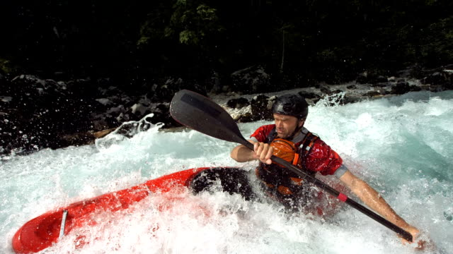 hd super slow-motion: whitewater kayak formazione - kayak video stock e b–roll