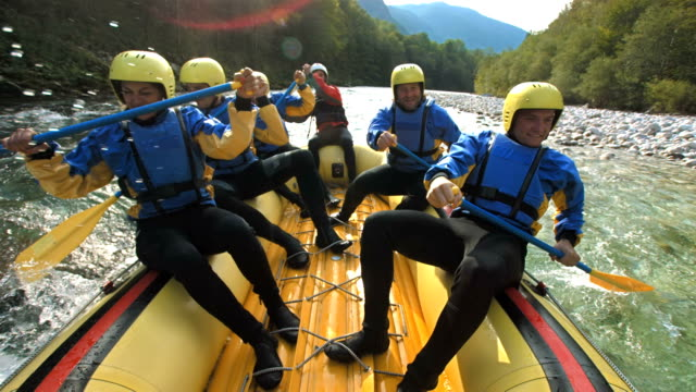 super zeitlupe, hd: whitewater rafter running den stromschnellen - teamwork stock-videos und b-roll-filmmaterial