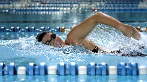 stockvideo's en b-roll-footage met hd super slow-mo: woman training front crawl stroke - swimming