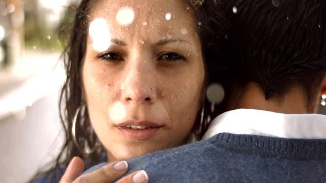 hd super slow-motion: preoccupato coppia sotto la pioggia - divisione video stock e b–roll