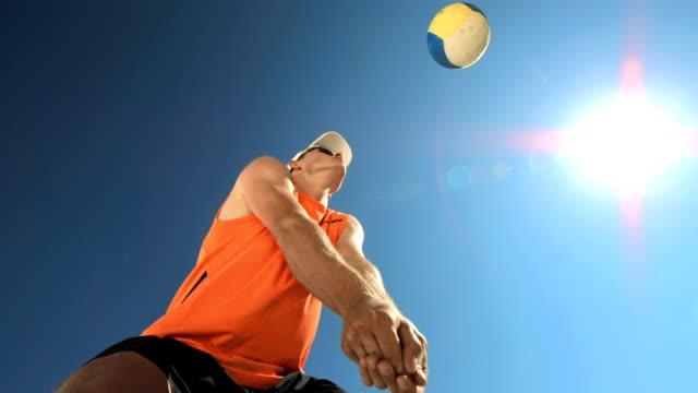 Super Zeitlupe, HD: Junger Mann spielen Sie Beach-Volleyball