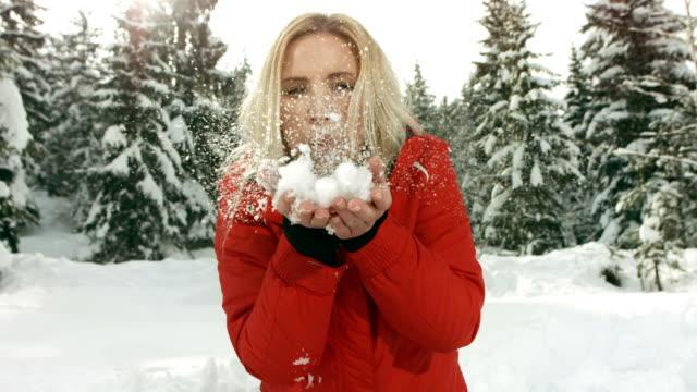 Super Zeitlupe, HD: Junge Frau, treibender Schnee
