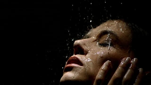 vidéos et rushes de hd super slow-motion: jeune femme aime une douche - physique