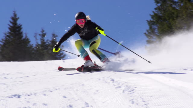 stockvideo's en b-roll-footage met hd super slow-mo: young woman practicing giant slalom - skiën