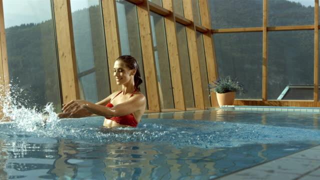 Super Zeitlupe, HD: Junge Frau Entspannen am Pool
