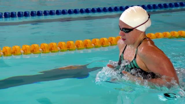 vidéos et rushes de hd super slow-motion: jeune femme nager brasse - casquette