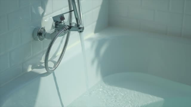 vídeos de stock e filmes b-roll de super slow-motion : running water splashing over bath tub - atividade móvel