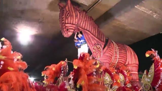 Superar los imprevistos forma parte del desfile del carnaval mas famoso del mundo VOICED Beija Flor destranca y galopa on February 12 2013 in Rio de...