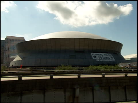 vidéos et rushes de superdome w/ reopening 9-25-2006, go saints sign, cars traffic moving on highway through frame fg. - nfc