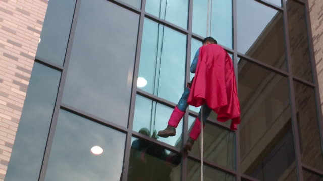 vídeos y material grabado en eventos de stock de wgn superhero window washers surprise pediatric hospital patients at northwestern medicine central dupage hospital in winfield illinois on april 30... - superman superhéroe