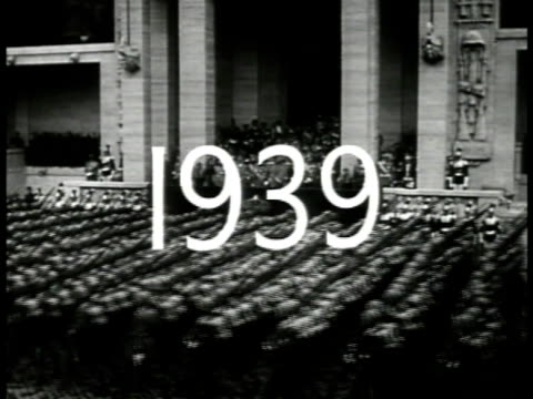 '1939' superimposed over italian soldiers goosestepping ws benito mussolini standing german nazi adolf hitler amp italy king emmanuel iii saluting... - benito mussolini stock-videos und b-roll-filmmaterial
