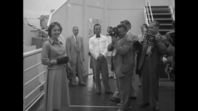 stockvideo's en b-roll-footage met vs ws superliner ss united states / vs cameramen and photographers shoot photos of margaret truman on board the ship then margaret and her mother... - margaret truman