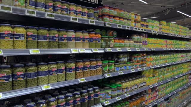 vidéos et rushes de supermarket aisle - embarras du choix