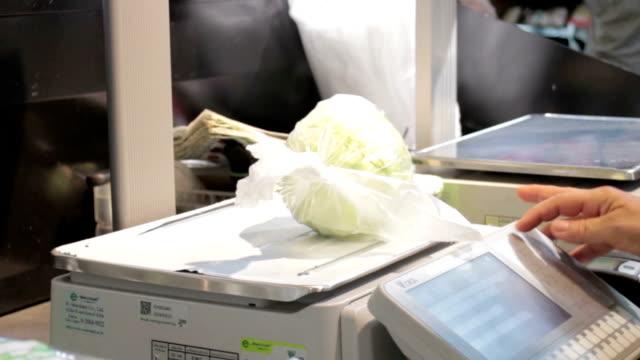 supermarkt-assistent bei kunden - waage gewichtsmessinstrument stock-videos und b-roll-filmmaterial