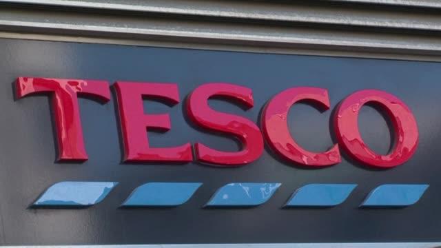 supermarket chain tesco, britain's biggest retailer announces it has agreed to purchase food wholesaler booker for £3.7 billion - catena di negozi video stock e b–roll