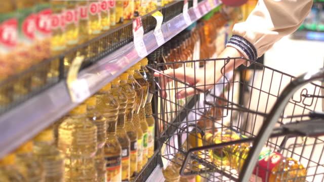 vídeos de stock e filmes b-roll de supermarket cooking oil - tempero