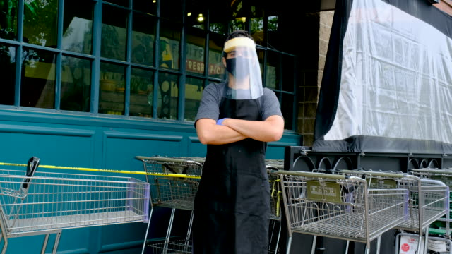 vídeos de stock e filmes b-roll de supermarket employee wearing masks and latex gloves due contagion prevention - serviços essenciais
