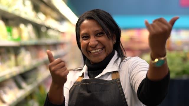 スーパー従業員の女を手招き - 来るべきクライアントを募集して