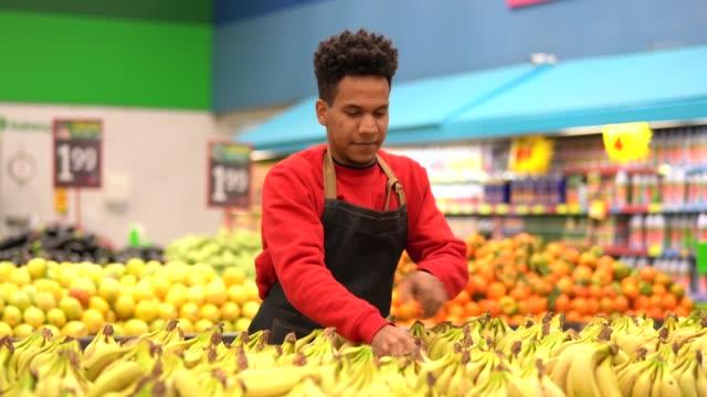 vídeos de stock, filmes e b-roll de trabalho de empregado de supermercado - sales occupation