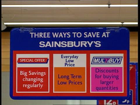vídeos de stock e filmes b-roll de sainsbury's supermarket la cms grapefruits 29p now 15p save 14p ms fruits on display with shoppers la ms sign three ways to saver at sainsbury's ms... - sainsburys