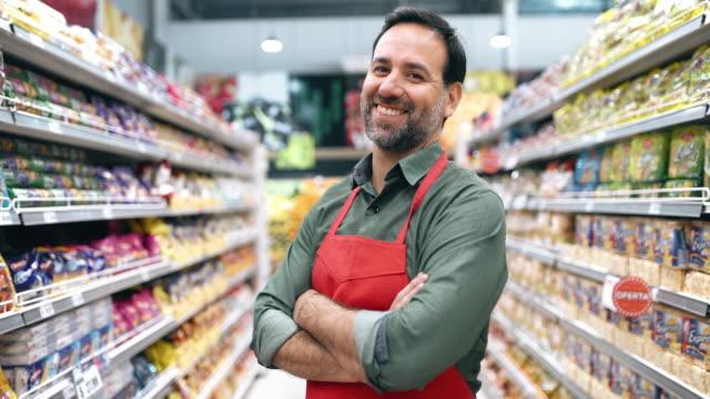 vídeos y material grabado en eventos de stock de retrato del personal del supermercado - supermercado
