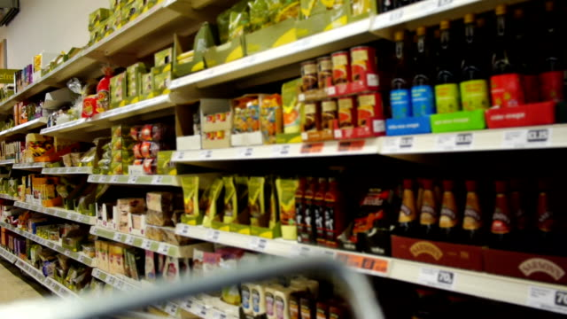 stockvideo's en b-roll-footage met supermarket - plank meubels