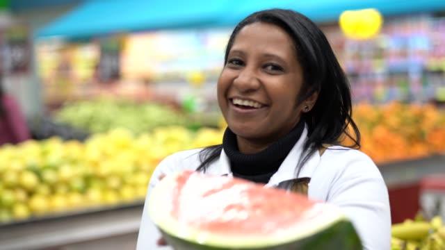 スーパー マーケットの労働者提供スイカ